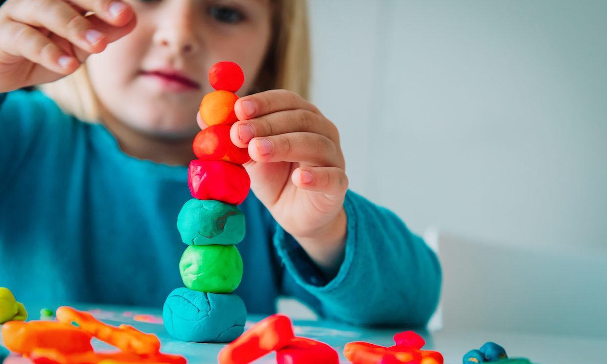 Τα πολλά και σημαντικά  οφέλη του παιχνιδιού με  πλαστελίνη